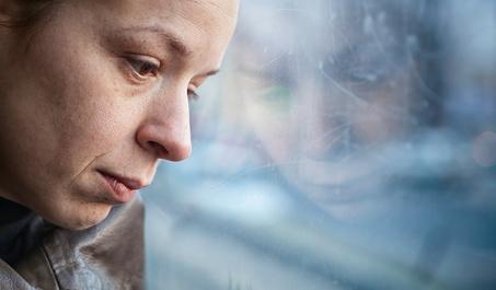 Eine Frau verzweifelt und mit Depressionen